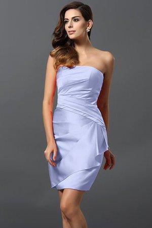 Ein schönes weißes Kleid mit einem Weingürtel ist eigentlich
