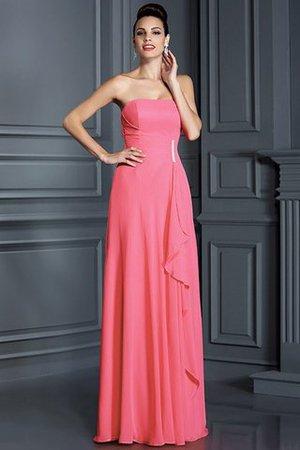 4eaeac39608474 Fließendes Kleid kann mit einer Paillettenhandtasche begleitet werden.